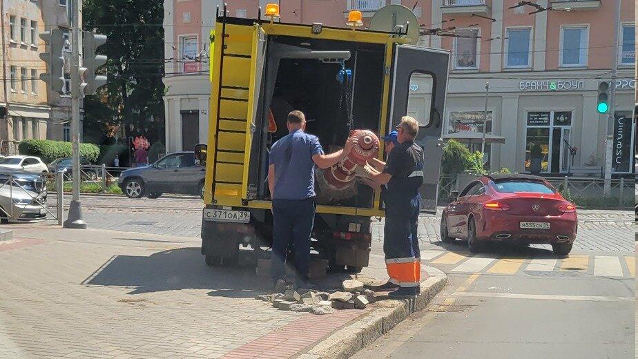 Очистят и вернут на место: сотрудники МЧС рассказали о судьбе гидранта с Комсомольской - Новости Калининграда | Фото: очевидец