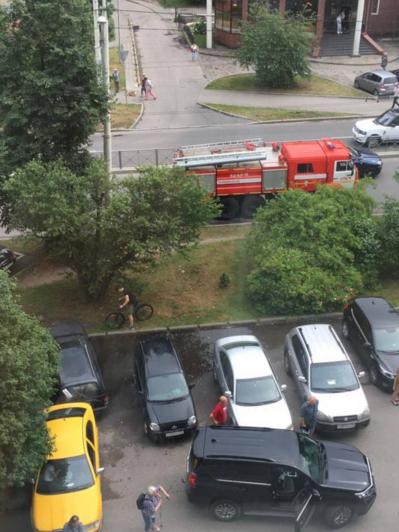 В Калининграде у детской поликлиники загорелась легковушка - Новости Калининграда | Фото: «Клопс»