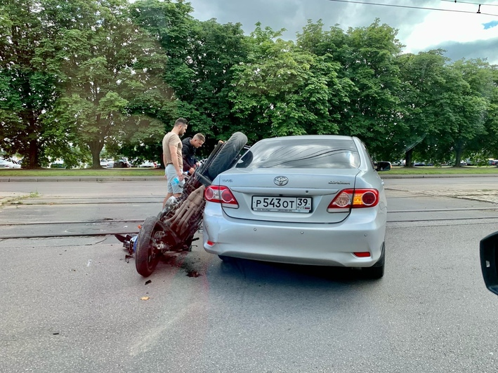В Калининграде столкнулись легковушка и мотоцикл (фото) - Новости Калининграда | Фото: Юлий Леонтьев