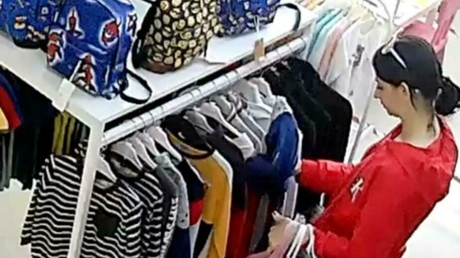 В Калининграде разыскивают подозреваемую в краже из магазина детской одежды - Новости Калининграда   Изображение: кадр из видео