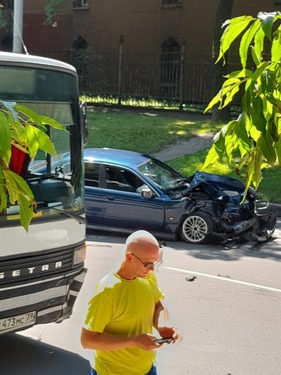 Литовский вал встал в пробке из-за столкнувшихся BMW и пассажирского автобуса - Новости Калининграда   Фото: очевидец