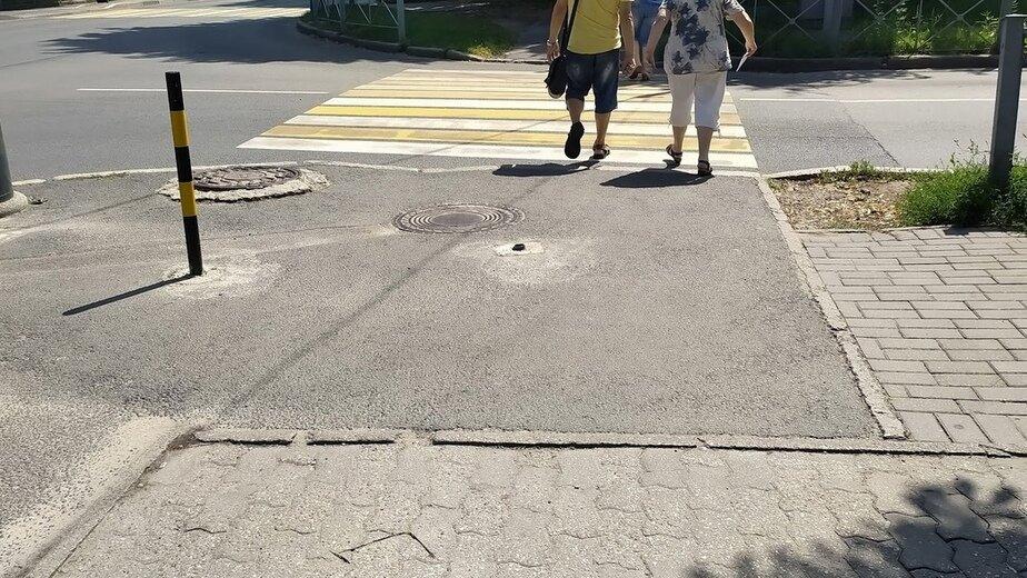 Водители во второй раз сломали столб на Невского, чтобы заезжать на «народную парковку» - Новости Калининграда | Фото читателя