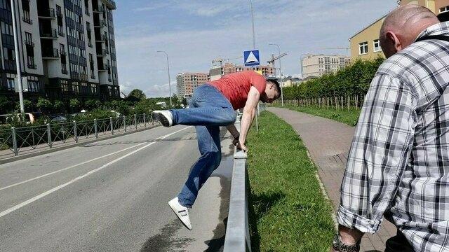 Алиханов перепрыгнул ограду для доказательства её неэффективности (фото)