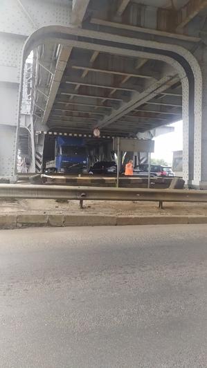 Под двухъярусным мостом застряла фура, образовалась пробка - Новости Калининграда | Фото: очевидец