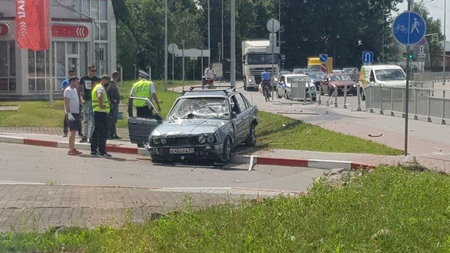 В Калининграде BMW пробил забор и вылетел на газон (фото) - Новости Калининграда   Фото: очевидец