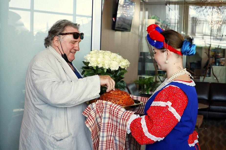 Жерар Депардье встречают в Храброво | Архив «Клопс»