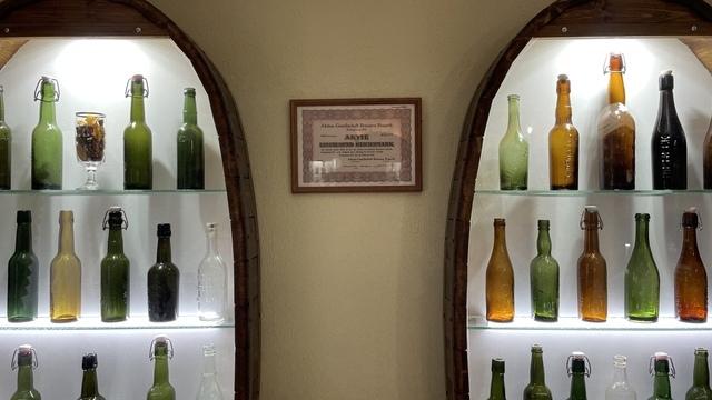 Калининградец открыл у себя в подвале выставку старинных бутылок и посуды (фото)
