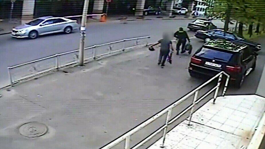 После обыска из магазина «Янтарная Альтона» выносят сумку с янтарём   Фото: предоставлены потерпевшими по делу
