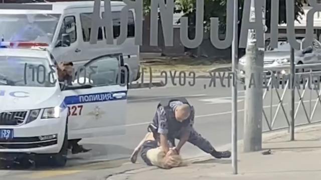 «Посетители кричали, что на улице бьют девушку»: очевидцы сообщили о жёстком задержании на Грига (видео)