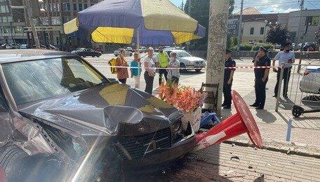 «Водитель Mercedes попытался вскрыть вены»: очевидец — о смертельном ДТП на Фрунзе