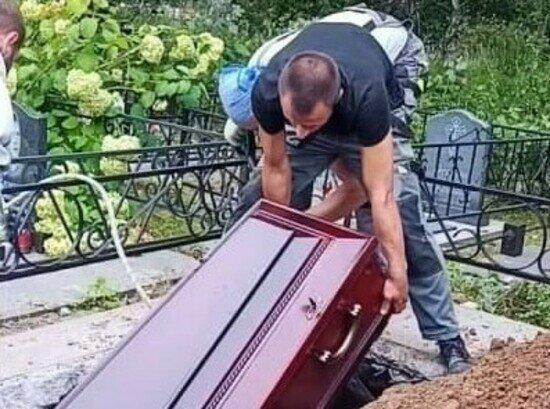 Могила оказалась мала: в Балтийске гроб с телом умершего от COVID-19 уронили во время похорон (видео) - Новости Калининграда | Скриншот видеозаписи