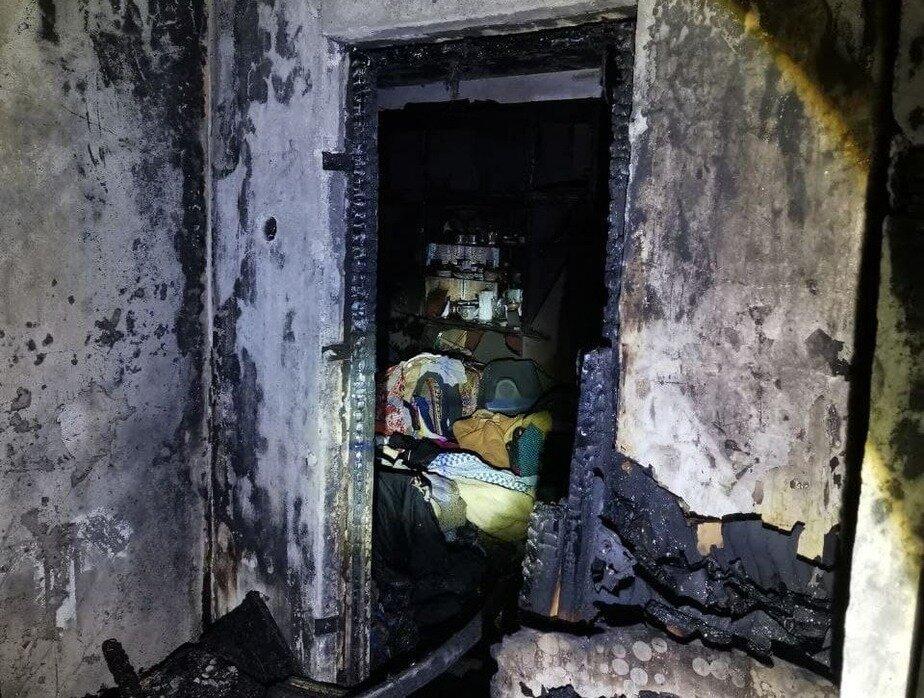 Спасли 9 человек: в ночном пожаре на Батальной полностью выгорела двухкомнатная квартира - Новости Калининграда | Фото: очевидец