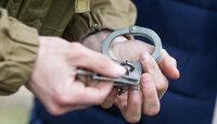 Отказывались уходить после закрытия: двое пьяных парней избили охранника ТЦ на Ленинском