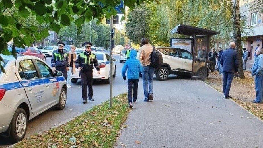 В Калининграде на Невского внедорожник въехал в автобусную остановку - Новости Калининграда   Фото очевидцев