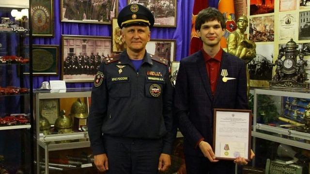 «Променял бы медаль на жизнь отца»: в МЧС наградили 22-летнего москвича, который спас тонущих под Балтийском