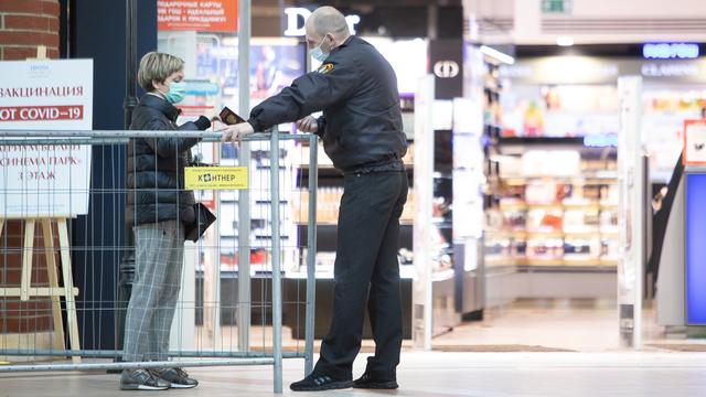 Фото дня: проверка QR-кодов в торговом центре