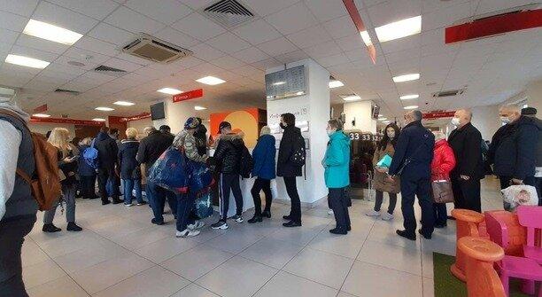 «Этот квадратик в каждом магазине требуют»: калининградские пенсионеры выстроились в очередь в МФЦ за QR-кодами