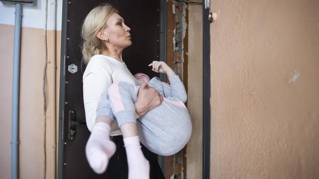 В Калининграде 12 экспертов проверили, как живёт девочка-инвалид в доме без лифта