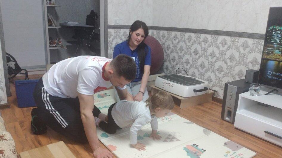 На фото: родители учат Милану ползать | Фото: Юрате Пилюте