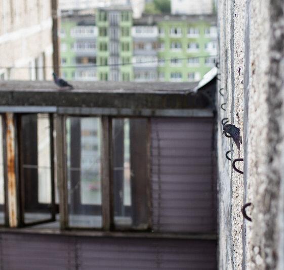 на фото балконы, которые соединяют 68 и 70 дома | Фото: Александр Подгорчук / «Клопс»