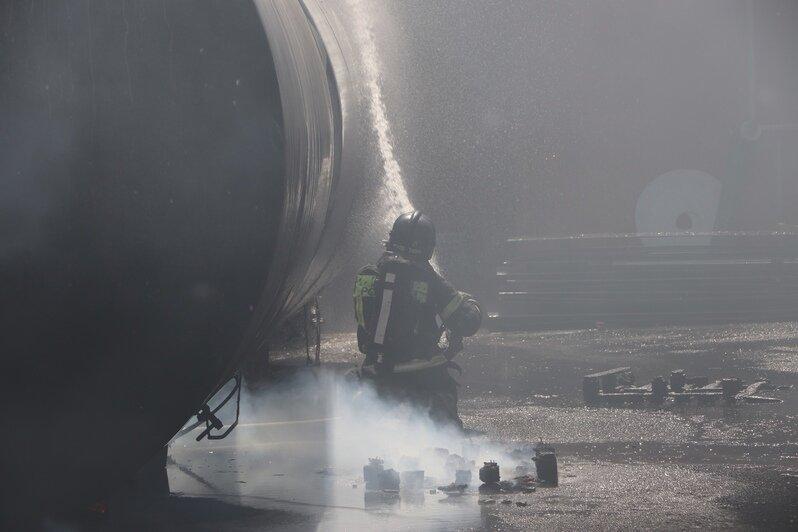 Тушение пожара на «Мираторге» изнутри (фото) - Новости Калининграда | Фото: пресс-служба ГУ МЧС по Калининградской области
