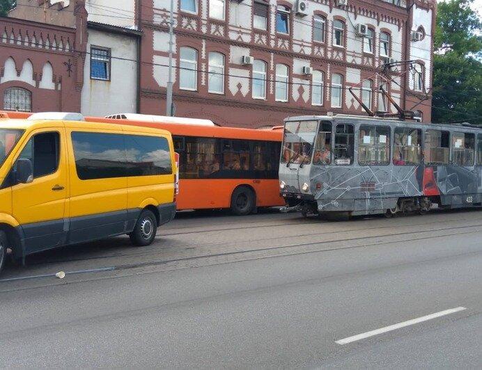 На Черняховского столкнулись кроссовер и маршрутка, из-за аварии встали трамваи (фото) - Новости Калининграда | Фото: очевидец