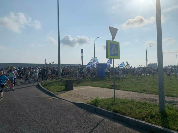 Сотни болельщиков «Зенита» колонной прошли к стадиону «Калининград» (фото, видео)  - Новости Калининграда | Фото очевидца