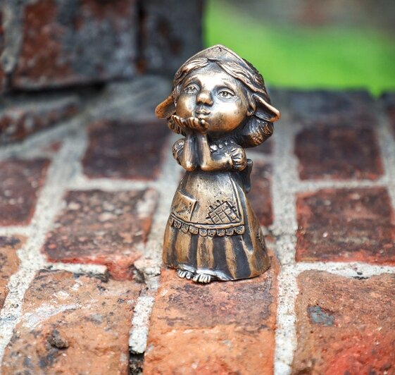 На фото: мама-хомлин рядом с Башней Врангеля | Фото: Александр Подгорчук / «Клопс»