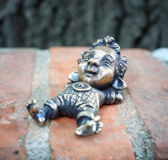 На фото: малыш у частного музея Altes Haus на улице Красной | Фото: Александр Подгорчук / «Клопс»
