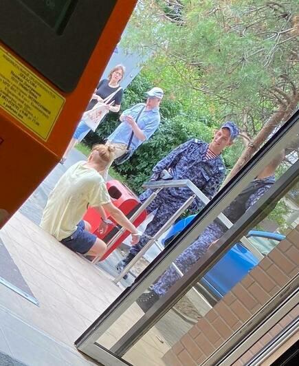 «Посетители кричали, что на улице бьют девушку»: очевидцы сообщили о жёстком задержании на Грига (видео) - Новости Калининграда | Фото очевидцев