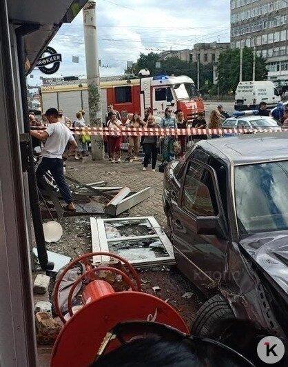В Калининграде на Фрунзе Mercedes въехал в мини-рынок, есть погибший (видео) - Новости Калининграда | Фото: очевидец