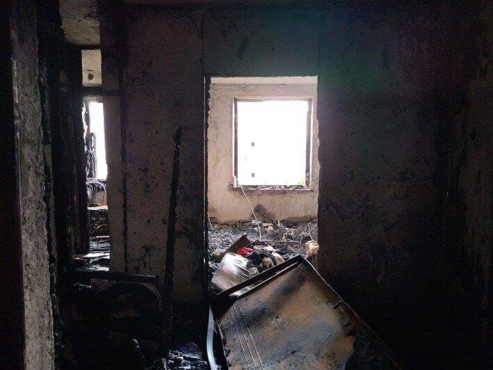 В сгоревшей квартире выбиты дверь и окна    Фото: Ольга Запивалова / «Клопс»