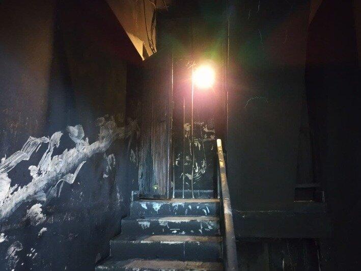 Подъезд дома, где случился пожар   Фото: Ольга Запивалова / «Клопс»