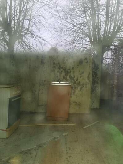 На фото пустующая квартира в доме, где живут Яна и Владимир и трещины на стенах в их квартирах   Фото: из личного архива Яны Петровой