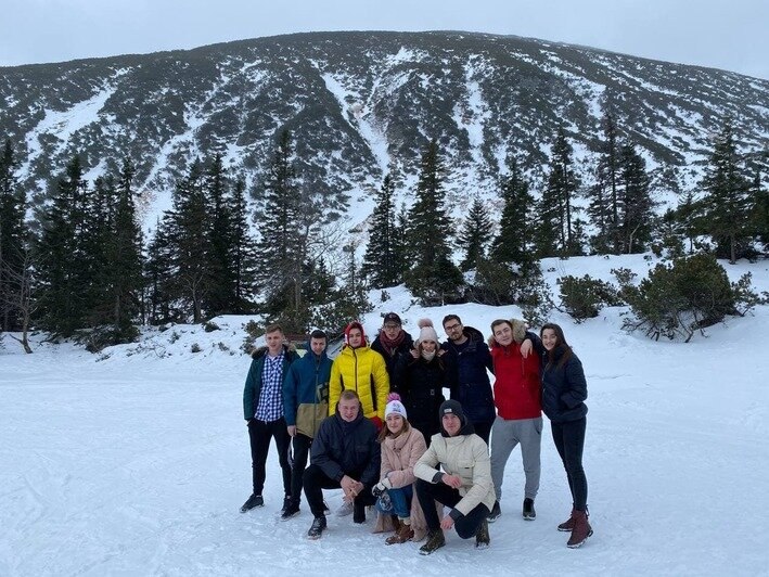 Марина с друзьями отдыхает на горнолыжном курорте   Фото: личный архив