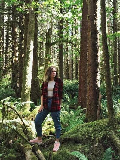 Виктория прогуливается по лесам штата Вашингтон | Фото: личный архив